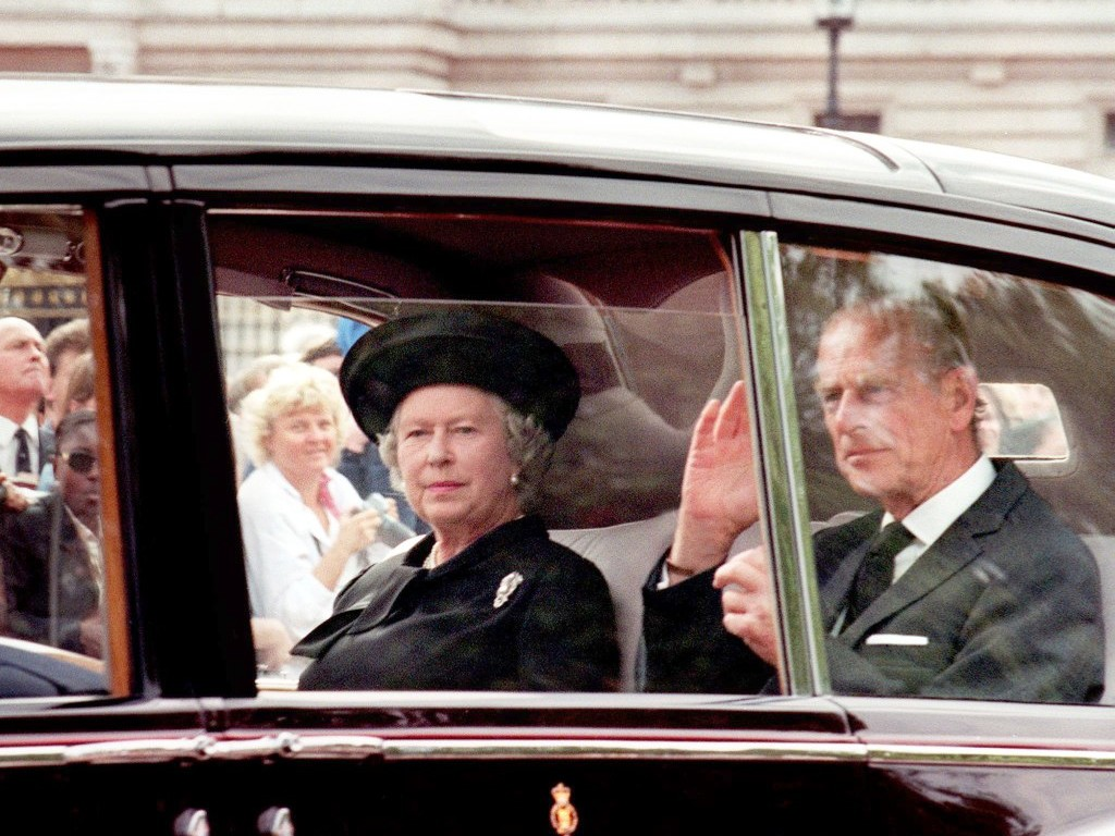 Inside the Subtle Moment the Queen Paid Tribute to Princess Diana After Her Death queen-elizabeth-diana-funeral-2
