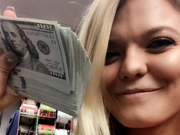 North Carolina Waitress Gets a $10,000 Tip — and Splits It with Her Coworkers waitress-1