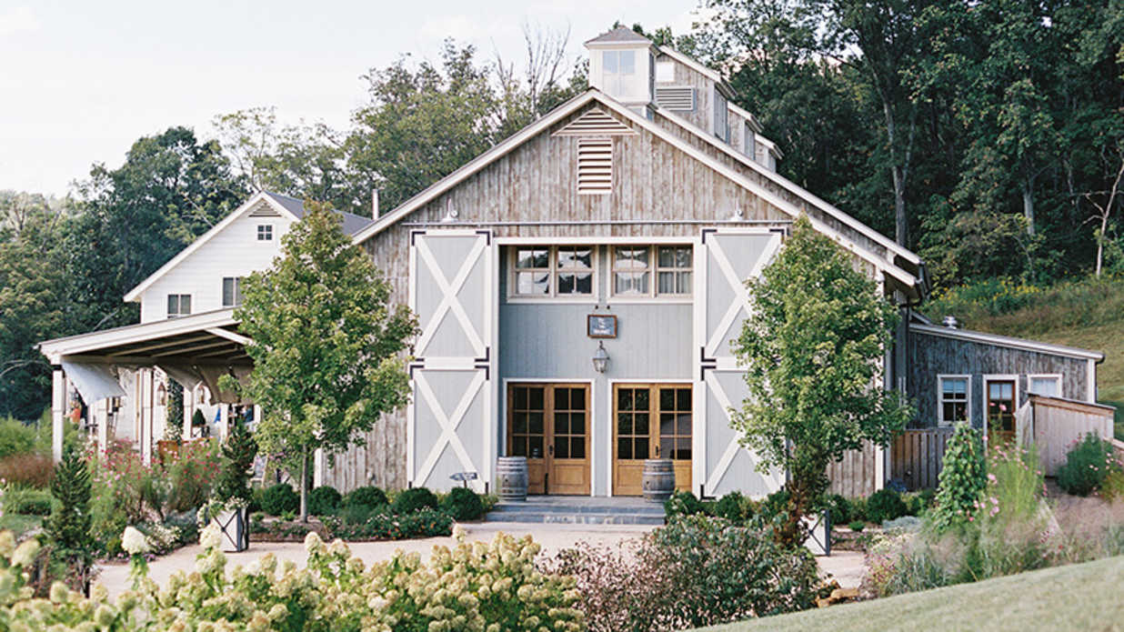 Pros And Cons Of Outdoor Wedding Venues: 25 Breathtaking Barn Venues For Your Wedding